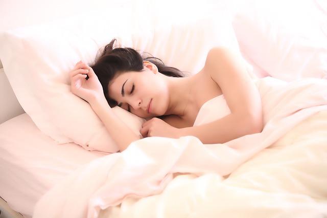 女性 寝る ベッド