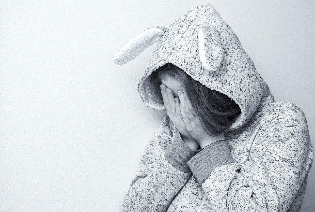 泣いている女性