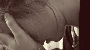 モノクロ 顔を覆う涙の女性